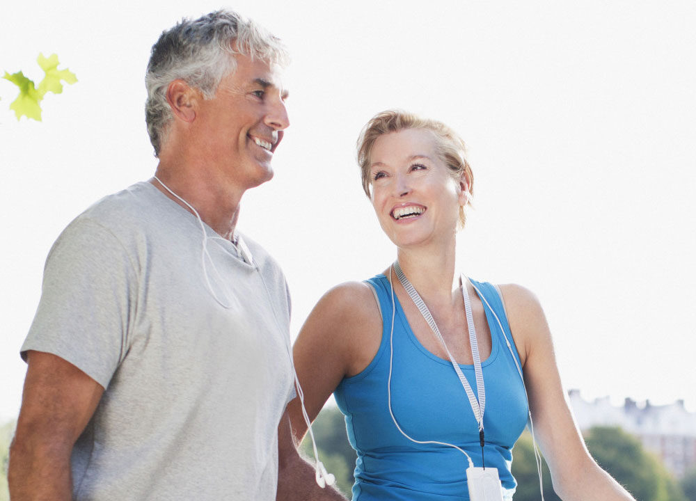 sportarts en fysiotherapeut helpen je bij het verbeteren van je fitheid en conditie na ziekte door covid-19