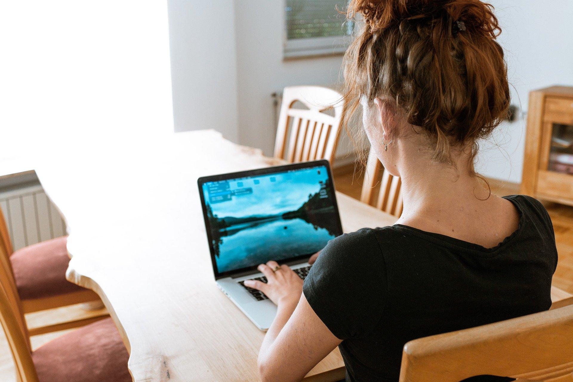 voorkom klachten van de nek en schouders door een goede werkhouding wanneer je thuis werkt
